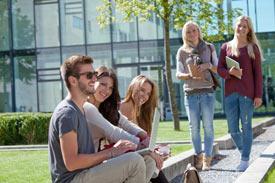 Studierende der HDBW vor der Hochschule