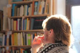 Studierende lesen in Bibliothek