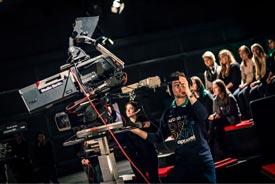 studentische Kameraleute während einer Aufzeichnung im Studio
