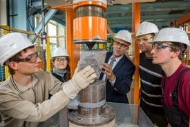 Wirtschaftsingenieure bearbeiten Stein maschinell