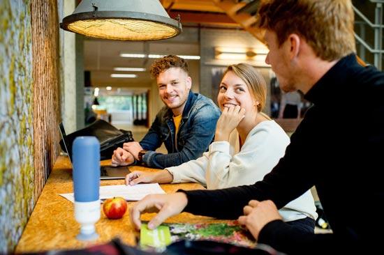 Studierende sitzen in Cafeteria