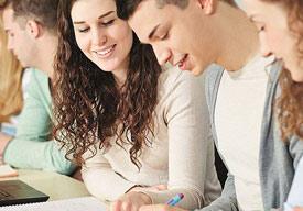 Studierende sitzen zusammen