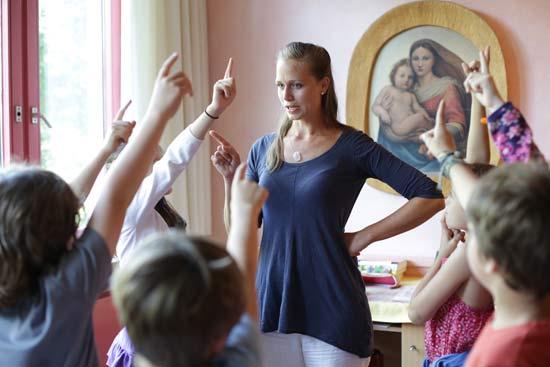 Lehrerin im Unterricht vor der Klasse