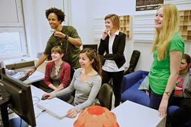 Gruppe Studierender vor Computer