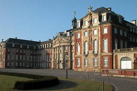 Das Schloss - Hauptgebäude der Universität