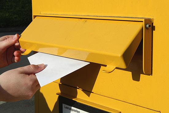 brief wird in briefkasten gesteckt - Bewerbung Studienplatz