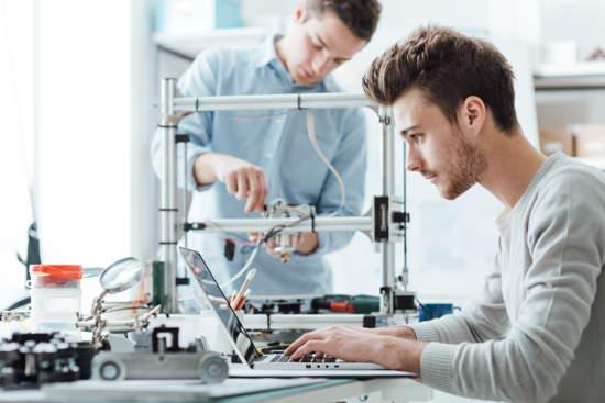 Zwei Studenten arbeiten in einem technischen Uni-Labor