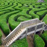 Labyrinthgarten mit 2 Holzbrücken