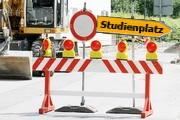 Baustelle mit Schild, auf dem jedoch Studienplatz statt Umleitung steht