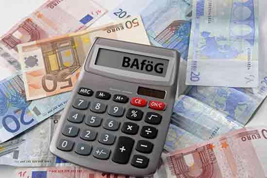 BaföG-Taschenrechner auf Geld liegend