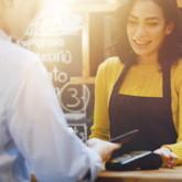 Kunde bezahlt seinen Kaffee per Smartphone