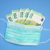 OP-Maske mit fünf 100-Euro-Geldscheinen