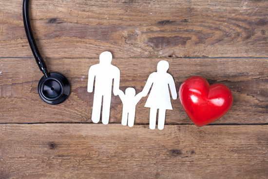Scherenschnitt Familie (Paar mit Kind) neben Herz und Stethoskop