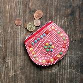 Rosa Geldbeutel auf rustikalem Holz