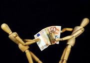 Zwei Holzfiguren zerren an einem 50-Euro-Schein