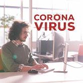 """Junger Erwachsener beim Arbeiten in einem Startup, dazu ins Bild montiert der Schriftzug """"Corona Virus"""""""