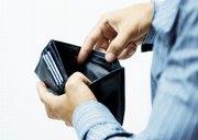Hände halten Geldbörse auf, zumindest Geldscheine sind nicht vorhanden