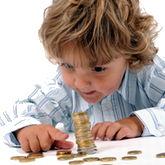 Kind spielt mit Geldmünzen