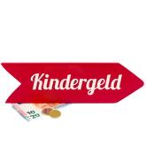 """Schild in rot, als Pfeil nach rechts geformt mit Aufschrift """"Kindergeld"""", darunter Geldscheine"""