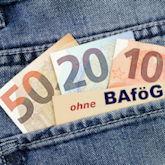 """Jeans-Hosentasche mit Geldscheinen und Notiz """"ohne BAföG"""" auf Zettel"""