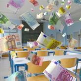Seminarraum, in dem es Euro-Geldscheine regnet