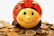 Marienkäfer-Spardose zwischen Geldmünzen