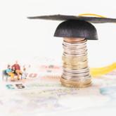 Miniatur-Figuren (Eltern und Kind) sitzen auf eine Bank auf Geldscheinen neben einer Status aus Kleingeld und einem Doktorhut.