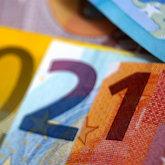 2021 aus übereinandergelegten Euro-Scheinen zusammengesetzt