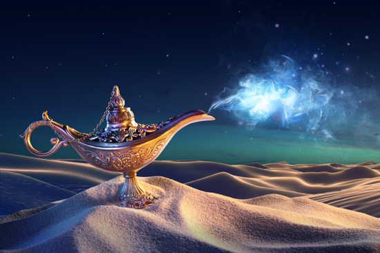 Goldene Wunschlampe in der Wüste vor Sternenhimmel