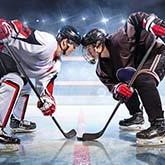 Zwei Eishockey-Spieler balgen in einer Eisarena um den Puck