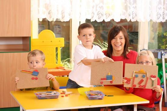 Kindergartenkinder zeigen ihre Bilder