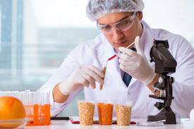 Lebensmittelchemiker im Labor