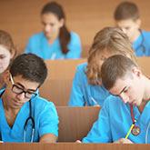 Medizin-Studierende in einem Hörsaal