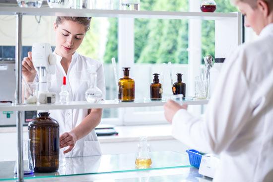 Pharmazeutin im Labor
