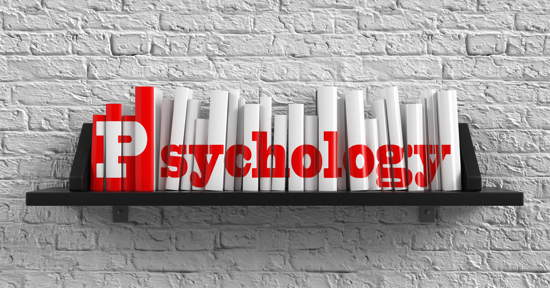 """Bücherbord mit Büchern, auf deren Buchrücken """"Psychology"""" zu lesen ist"""