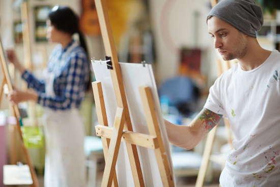 Mehrer Studierende beim Malen an Staffeleien