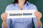 Frau (Kopf nicht sichtbar) hält Schild 'Studenten-Zimmer'