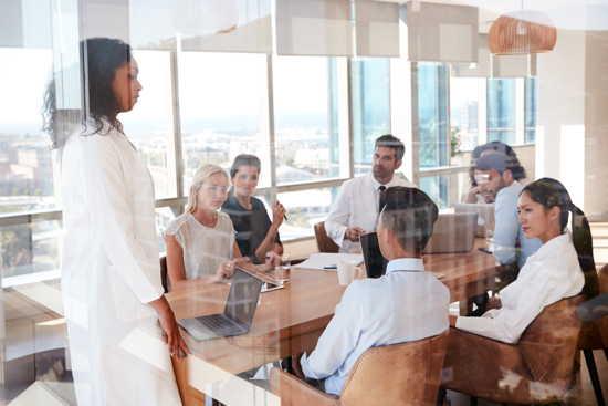Medizinisches und Verwaltungspersonal in einem Besprechungsraum