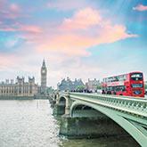 Roter Doppeldeckerbus auf der Westminster Bridge in London
