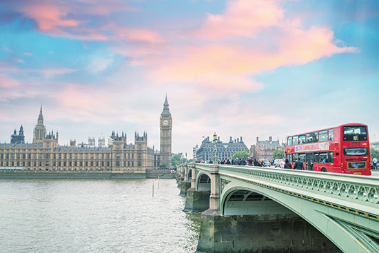 Roter Doppeldeckerbus auf der Westminster Bridge in London
