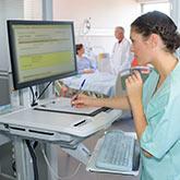 Assistentin im Krankenhaus beim Übertragen von Patientendetails