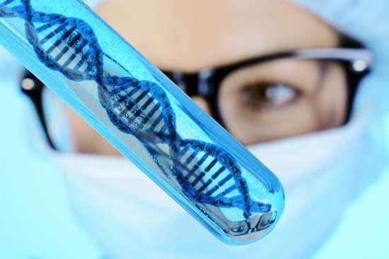 Wissenschaftler hält Reagenzglas mit DNA (Symbolbild)