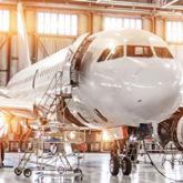 Flugzeug wird in einem Hangar repariert.