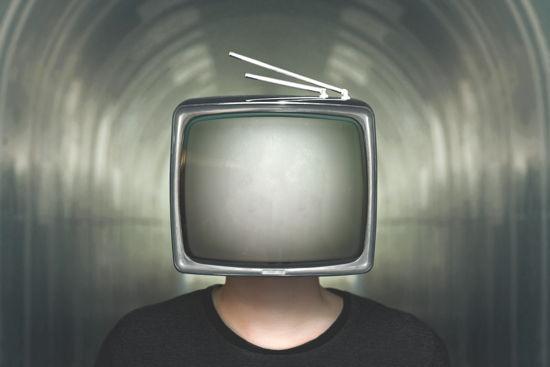 Mensch mit Fernseher statt Kopf