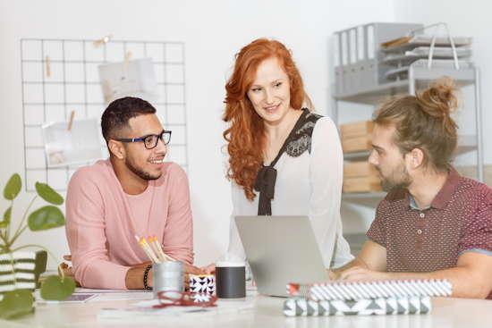 Frau bespricht sich mit ihren Kollegen