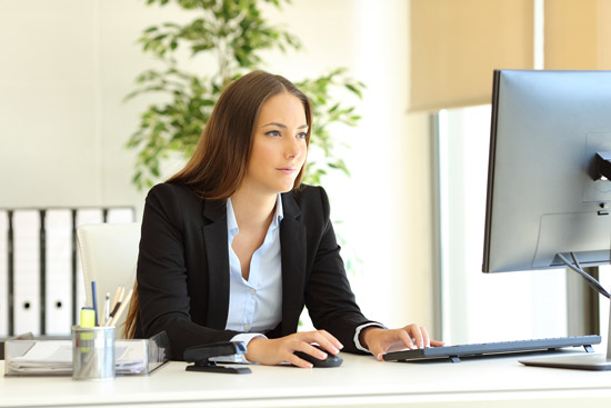 Frau arbeitet am Computer