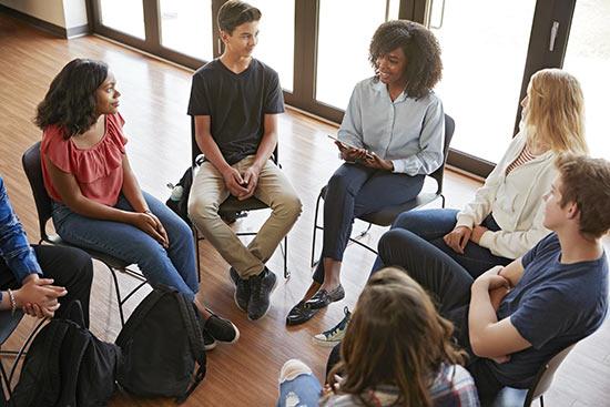 Gruppe junger Menschen während einer Diskussion