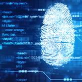 Fingerabdruck und diverse Codeschnipsel auf digitaler Anzeige