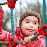 Mädchen klettert ein Spielnetz hoch
