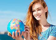 Globus in den Händen einer jungen Frau